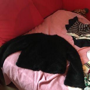 En sjukt mjuk och fluffig tröja med utsvängda armar och hög hals. Kommer inte ihåg ordinarie pris köpte den för några år sen och den har mest hängt i garderoben. Förtjänar ett nytt hem!! FRAKTEN ÄR FRI😍💕✨✨