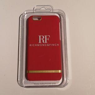 Mobilskal från Richmond & Finch helt oanvänt och oöppnad förpackning. Passar iPhone 6/6S. Kan mötas i Stockholm eller köpare står för frakt.