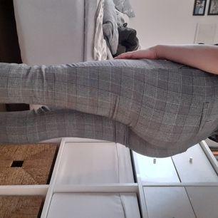 Supersköna stretchiga byxor med fickor i fram och fejkfickor i bak. Bälte i midjan och sån där trashbagfit i midjan eller vad de nu heter hehe. Små för mig, passar bäst på någon som är en s. Frakt ingår:) Köpta för ca 6mån sen och sparsamt använda.