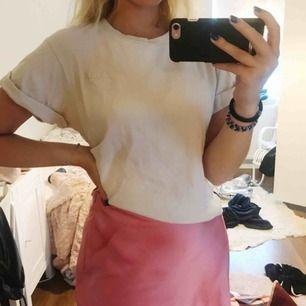 En jättesöt ljusrosa T-shirt från Carin Wester, sparsamt använd så den är i fint skick! Köparen står för frakten💕