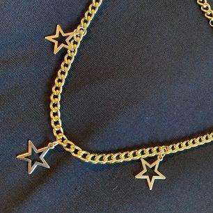 Snyggt heltnytt halsband med stjärnor kommer i sitt paket!💕 fraktar för 11kr