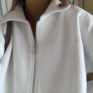 skitsnygg vit vintage sweatshirt ifrån nike köpt second hand, storlek L men passar allt från xs-L beroende på hur man vill att den ska sitta 💓högsta bud: 390 + frakt💓