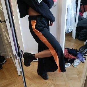 Svarta popper pants med orange rem i strlk S från Ragged priest. Sparsamt använda. Kan mötas i Stockholm eller köparen står för frakt