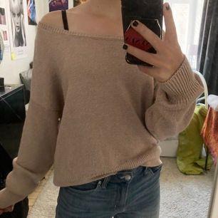Ascool ljusrosa stickad tröja med typ skimmertråd invävat, haha. Den sitter på axlarna men man kan ha den lite hur man önskar. Passar super till vardags eller sena sommarkvällar💐🥂🌞 Jättefint skick.