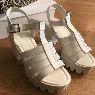 Sandalett som är superenkla att gå i! Helt oanvända endast testade. Mjuk sula och fungerar utmärkt som vardagsskor. Klackhöjd: 9cm, platå: 4cm.