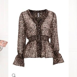 Leopardblus med knappar upptill från Chiara Forthi. Storlek S/36, oanvänd. Köparen står för 30 kr frakt.