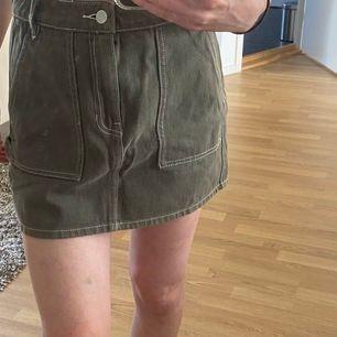Säljer nu mina militärgröna kjol från Pacsun. Knappt använd så den är i fint skick.