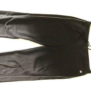 Svarta trackpants med vit rand på sidorna. Köpt på humana och använd en gång. För korta för mig. Lowwaisted. Köparen står för frakten