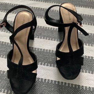 Högklackade skor storlek 37 som tyvärr bara använts 1 gång. Kan skickas eller hämtas upp, frakt tillkommer!