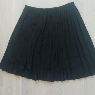 En svart, plisserad kjol från boohoo i strl 36 säljs, då den blivit för liten för mig. Skulle säga att den är ganska liten kring midjan i modellen. Gott skick då den bara används ett par gånger! Den är mer svart i verkligheten än i ljuset på bilderna.
