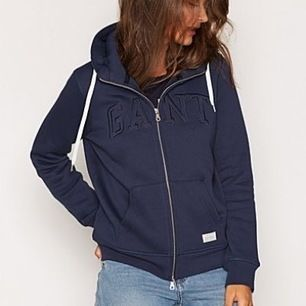 Marinblå dam Gant hoodie. Nypris 1295kr! Storlek S. Säljs för att den aldrig kommer till användning. Priset är inklusive frakt!!