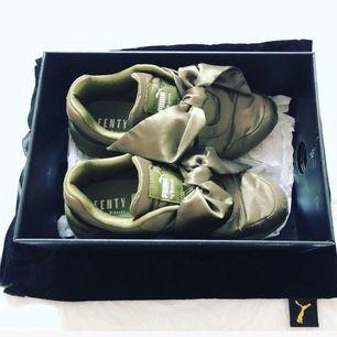 Puma x fenty bow sneakers i superfin grön färg. Köptes från USA, ursprungspris 1500kr,  Kommer med orginalförpacking och dustbag. Små skavanker i tygen som kan fås fler bilder på. Självklart äkta. Kan skickas mot porto 🦋