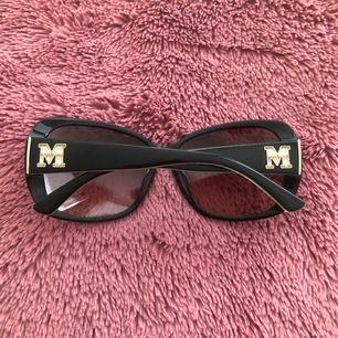 M By Missoni Sunglasses with Large Logo Detail. Kan skickas annars finns i Malmö 💌 har fler bilder! Har inte originell fodralen längre men du får en annan. Vid köp av solglasögon får du gratis smycken💋