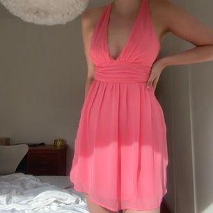 Drömmig klänning, perfa nu till sommaren💞 Säljer då den tyvärr blivit för liten (man kan se på bild 2 att jag inte får upp dragkedjan längre🤕). Gott skick! Frakt 44kr!