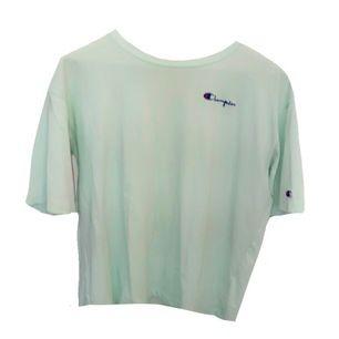 Jättefin champion tshirt- använd endast några enstaka gånger! Färgen är mint/turkos och passar perfekt till sommaren!🥰 Köpt för 500kr💞 buda från 50 kr!