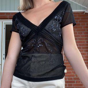 ASFKNFIN tröja från Maxx, väldig 2000s stil, SKRIVSKRIVSKRIV för fler bilder på paljetterna på framsidan, för det är ett oerhört fint mönster och super kvalite. Har storlek xs och plagget är m men fungerar ändå på mig. 10/10 på tröjans kvalitet!