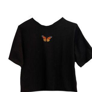Jätte fin tshirt med fjäril på! Endast använd 1 gång!❣️ buda från 100kr💞