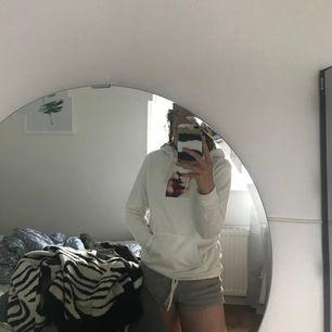 """Vit hoodie med tryck, ifrån """"Istay"""" men köpt på Carlings. Fint skick. I storlek XS. Hör av er vid vidare frågor eller om ni vill ha fler bilder. Frakt tillkommer!"""