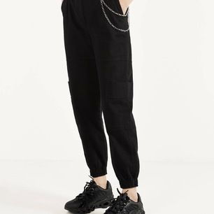riktigt snygga byxor med kedja från Bershka! I storlek 32 men skulle passa 34 också! dom har aldrig används då det inte är min stil.