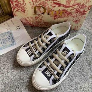 ❌säljer åt en kompis❌ Helt nya skor med dior inspiration, passar 38-38,5. Den är oanvänd, endast testad. Skickar med dior påsen och kvitton. Frakt kostar 79kr✨
