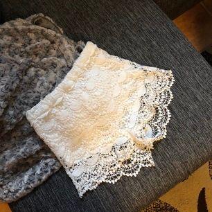 Vita shorts med spets från märket Crocker Apparel i storleken XS. Ett par mysiga shorts att ha i sommarvädret 🌸