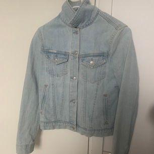 Superfin jeansjacka i storlek M men passar mig som annars brukar ha XS/S. Köparen står för frakten 🌸🌸