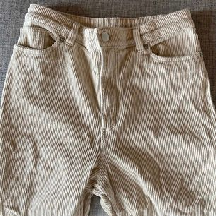 Säljer mina manchester byxor! Tyvärr för små därav kan jag inte visa dom på. Men tajtare modell, köpt från monki
