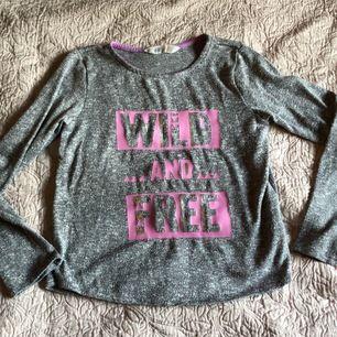 Gråmelerad tröja med rosa tryck med glitter, fint skick! Skuggor på bilden pga kvällssol 🙈 Säljer mycket barnkläder smink mm oxå! Samfraktar 😊 Frakt 22kr