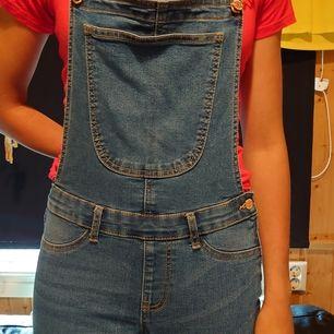 Jeans hängselbyxor i ett väldigt stretchingt material. Modellen på byxorna heter Skinny dungarees. Super söta och praktiska, då man kan använda de till alla plagg. Har en dragkedja och knapp på sidan men även justerbara axelband. 70-80-90s is back
