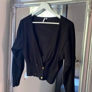 Långärmad tröja från Nelly med en djup V-ringning vid framsida, perfekt med en spetstopp under!!  Använd ett fåtal ggr