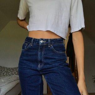 Mom Jeans, köpta på Nelly. S/M i storlek skulle jag säga. Jag på bilden är 180cm. Pris: 300kr, gratis frakt. Kan även hämtas upp hos mig😊