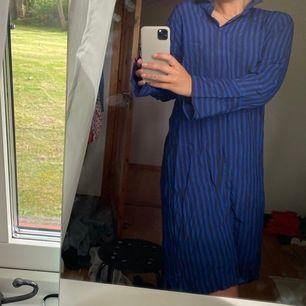 Säljer min blårandiga klänning! Som en lång skjorta typ 🦋🌸 superskönt material, från SAINT TROPEZ