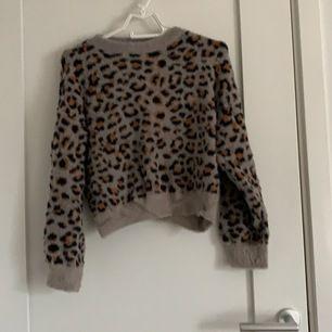 En jättefin leopard tröja ifrån MANGO, den är i strl. S och kostade i nypris 500kr, mitt pris 100kr