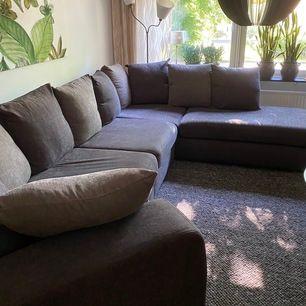 Stor soffa i nyanser av brun. Begagnad, köpt 2016. Från ett djur och rökfritt hem. I väldigt bra skick! Längd 340cm, bredd vid divan 235cm. Endast avhämtning i Jönköping.