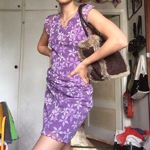Den är fina blomkläningen är köpt på secondhand men i min garderob kommer den inte till användning riktigt! Den är i fint skick och använd få gånger av mig!