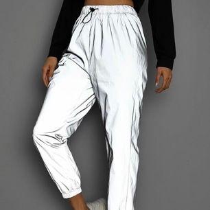 Hej💕 Säljer dessa underbara reflex byxor. Perfekt för fest om du vill synas och vara i centrum 😉 Har aldrig andvändt 💖