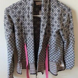 Säljer en jättefin Oddmolly tröja i strl: 0 (som är som XS&S)🦋Nypris: 800 kr! Ej använt, bara testat🥰BUDA o skriv prisförslag!