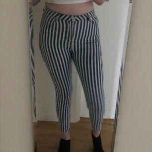 Supersnygga blå-och-vit-randiga jeans i storlek 38! Säljer då de inte kommit till användning. Är 178 för referens till hur långa de är! Sitter jättebra och är lite stretchiga i materialet. Köpare står för frakt och kan annars mötas i Stockholm 🌙