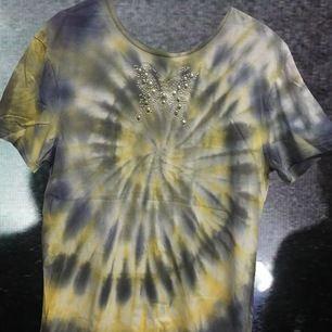 Super fin och mysig tiedye T-shirt med fjäril på~ frakt: 30kr