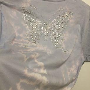 Super fin tiedye T-shirt med stor fjäril BLING på ryggen🧚♀️ frakt: 30