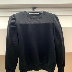 Jättefin långärmad tröja som är lite puffig i ärmarna. Köpt i vintras och säljes pga för liten. Snygg att ha till en kylig sommarkväll :))