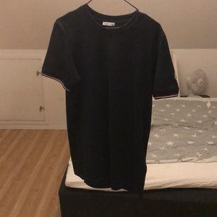 Säljer nu min moncler T-shirt, inga täcken av andvändning, inget kvitto. Nypris 1200kr