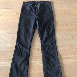 Svarta bootcut levis jeans i storlek 29. Använt 1 gång. Exklusive frakt men kan såklart diskuteras!