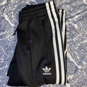 Helt oanvända tracksuit/ tränings byxor från adidas. Byxorna har även matchande tröja (säljs ej) Passar både xs och s.  Möts i norrköping annars frakt 🤍