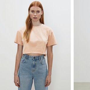 Säljer denna croppade T-shirt ifrån bikbok i orange färg. Aldrig andvänd