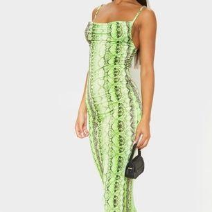 Oanvänd/helt ny orm mönstrad långklänning. Den har stretchigt material. Frakt tillkommer om den ska postas