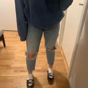 Säljer ett par mom jeans med hål. Verkligen superfina men kommer inte till användning längre. Är 170 och dom sitter bra i längden på mig. Frakt tillkommer.  150kr eller högsta bud.