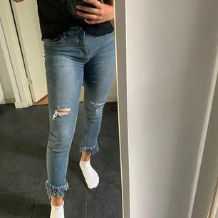 Säljer dessa snygga jeans från märket Free People då jag tyvärr inte får någon användning av dom. Väldigt stretchiga och sköna. Storlek w27 och passar S/M. Köpta i höstas på Alternativet i Sickla för ca 1000kr. Säljer för 250!💕
