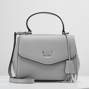 Kollar intresset på min fina väska från DKNY. Säljes för att det används för sällan och jag tror den kan komma till bättre användning hos någon annan. Väskan är i äkta läder och har använts ca 10 gånger. Köptes oktober 2019 från Zalando. Nypris 1995kr.
