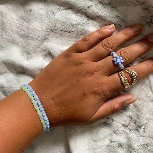 Snygga pärlarmband och ringar, handgjorda. Går att få i fler färger och varianter men också med bokstäver.  Ring: 50kr Armband:60kr